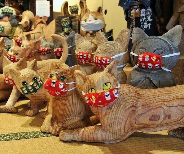 Ngôi đền đặc biệt ở Nhật Bản được mệnh danh là Đền Mèo, trụ trì tự tay làm khẩu trang cho hàng trăm chú mèo gỗ từ tã lót trẻ em - Ảnh 4.
