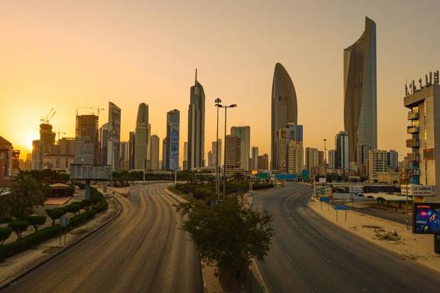 Đĩa salad không có nước sốt, phục vụ lau bàn quá chậm: Người dân Kuwait liên tục phàn nàn dù cách ly tại khách sạn 5 sao trong dịch Covid-19 - Ảnh 1.