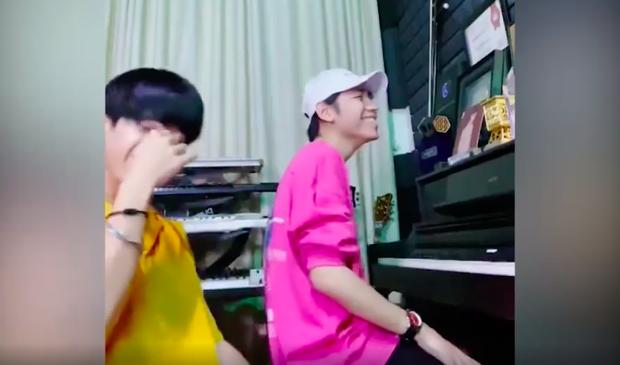K-ICM lần đầu nghêu ngao hát demo cùng gà cưng Quang Đông nhưng chiếc áo đôi từng mặc chung với Jack mới gây chú ý - Ảnh 3.