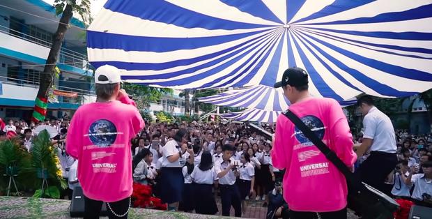 K-ICM lần đầu nghêu ngao hát demo cùng gà cưng Quang Đông nhưng chiếc áo đôi từng mặc chung với Jack mới gây chú ý - Ảnh 4.