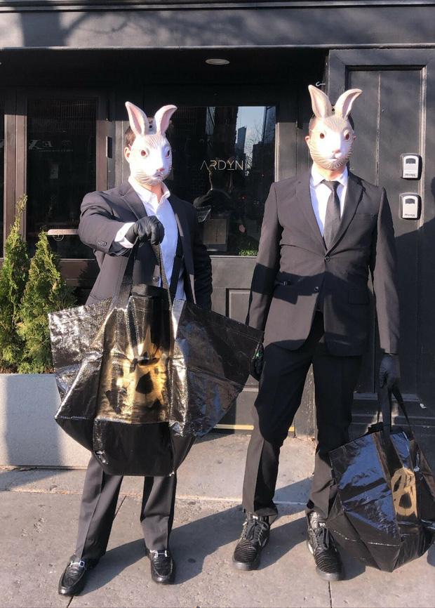 """Nhà hàng """"hồi sinh"""" trong mùa dịch nhờ bán """"Bữa tiệc ngày tận thế"""" online, hút khách với shipper mặc vest và… đeo mặt nạ thỏ - Ảnh 5."""