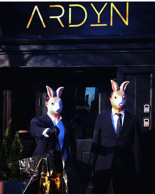 """Nhà hàng """"hồi sinh"""" trong mùa dịch nhờ bán """"Bữa tiệc ngày tận thế"""" online, hút khách với shipper mặc vest và… đeo mặt nạ thỏ - Ảnh 3."""