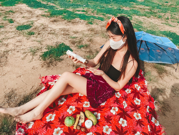 Bà xã Đăng Khôi tự stylist, đầu tư sống ảo từ phòng ra bãi cát như đi nghỉ mát: Cách ly thế này thì ai làm lại chị! - Ảnh 4.