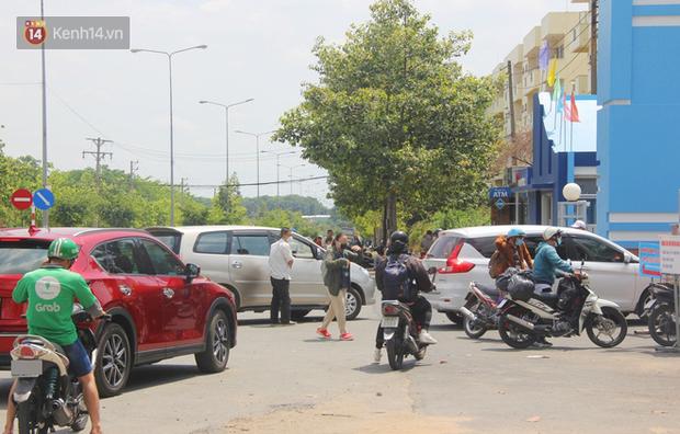 Hàng trăm sinh viên đội nắng, lỉnh kỉnh đồ đạc quay trở lại KTX ĐHQG TP.HCM sau kỳ nghỉ dài gần 4 tháng - Ảnh 8.
