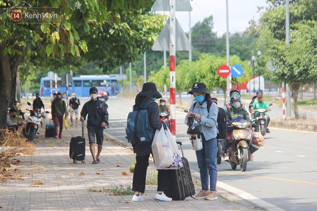 Hàng trăm sinh viên đội nắng, lỉnh kỉnh đồ đạc quay trở lại KTX ĐHQG TP.HCM sau kỳ nghỉ dài gần 4 tháng - Ảnh 1.