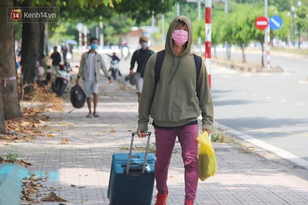 Hàng trăm sinh viên đội nắng, lỉnh kỉnh đồ đạc quay trở lại KTX ĐHQG TP.HCM sau kỳ nghỉ dài gần 4 tháng - Ảnh 6.