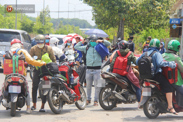Hàng trăm sinh viên đội nắng, lỉnh kỉnh đồ đạc quay trở lại KTX ĐHQG TP.HCM sau kỳ nghỉ dài gần 4 tháng - Ảnh 10.