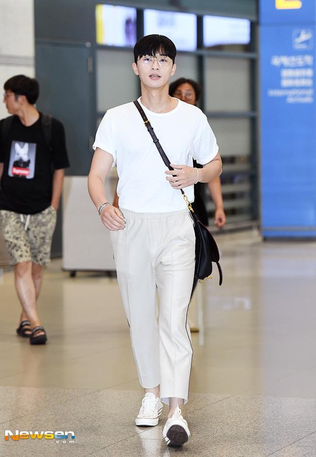 Ông chủ Danbam Park Seo Joon đúng là nam thần sân bay: Lúc như CEO đã giàu còn soái, khi đi dép xỏ ngón cũng ngầu như catwalk - Ảnh 9.