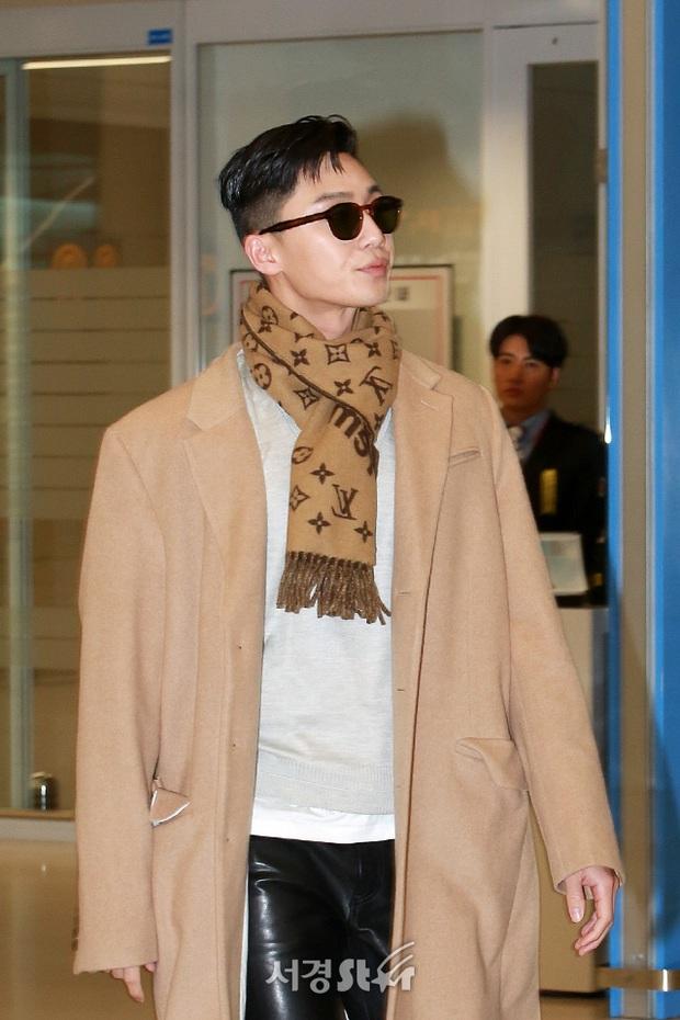 Ông chủ Danbam Park Seo Joon đúng là nam thần sân bay: Lúc như CEO đã giàu còn soái, khi đi dép xỏ ngón cũng ngầu như catwalk - Ảnh 6.