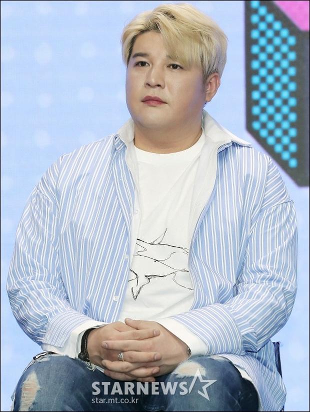 2 nam idol Kpop khoe thành tích giảm 37kg đáng nể: người tự hào có bắp tay lên cơ chuột, kẻ lại tự tin cởi áo show body 8 múi - Ảnh 4.