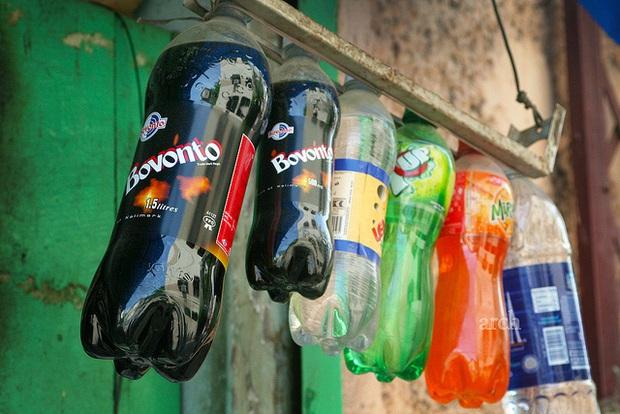 Uống nước ngọt có ga bao năm nay, bạn có thắc mắc vì sao chai nhựa luôn có phần đáy chẳng bao giờ bằng phẳng không? - Ảnh 1.