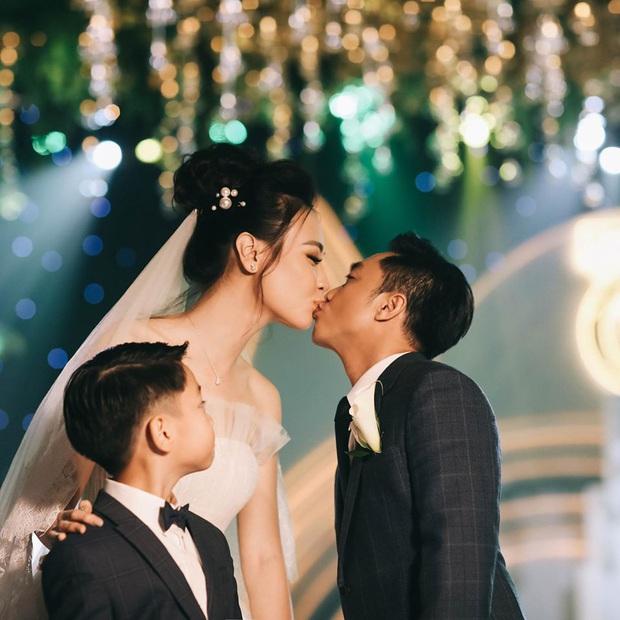 Tròn 1 năm kết hôn, Đàm Thu Trang lần đầu hé lộ loạt khoảnh khắc hiếm khoe cận nhan sắc cô dâu trong ngày theo chồng về dinh - Ảnh 7.