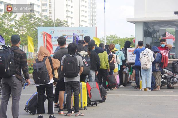 Hàng trăm sinh viên đội nắng, lỉnh kỉnh đồ đạc quay trở lại KTX ĐHQG TP.HCM sau kỳ nghỉ dài gần 4 tháng - Ảnh 3.