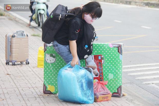 Hàng trăm sinh viên đội nắng, lỉnh kỉnh đồ đạc quay trở lại KTX ĐHQG TP.HCM sau kỳ nghỉ dài gần 4 tháng - Ảnh 11.