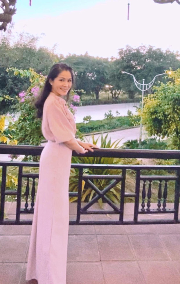 Vợ con MC Quyền Linh mặc đồng phục, Lọ Lem gây xôn xao khi ngày càng giống tượng đài nhan sắc  Trương Bá Chi lúc trẻ - Ảnh 4.
