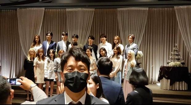 Taeyeon dẫn đầu dàn mỹ nhân SNSD dự đám cưới quản lí cũ: Thủ lĩnh thay đổi visual gây sốt, cả nhóm hát Kissing You cực ngọt - Ảnh 1.