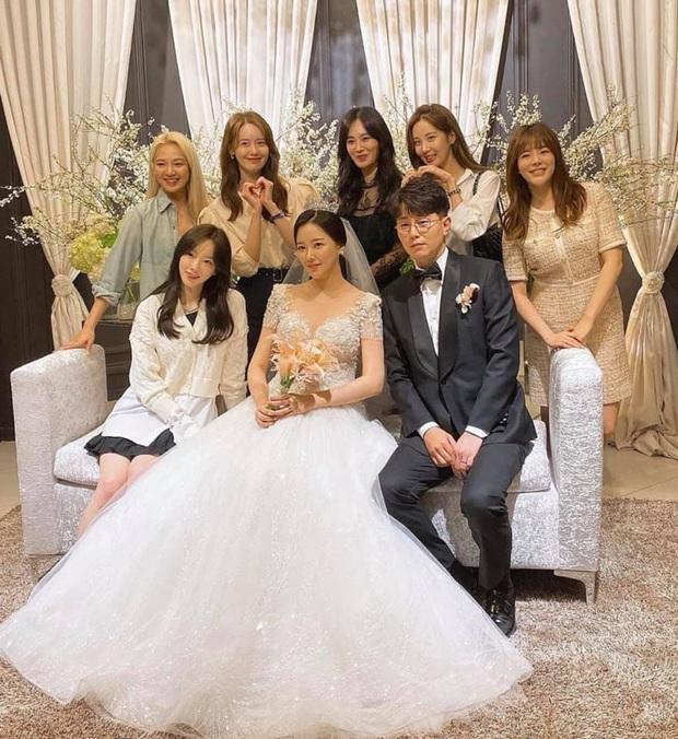 Taeyeon dẫn đầu dàn mỹ nhân SNSD dự đám cưới quản lí cũ: Thủ lĩnh thay đổi visual gây sốt, cả nhóm hát Kissing You cực ngọt - Ảnh 3.