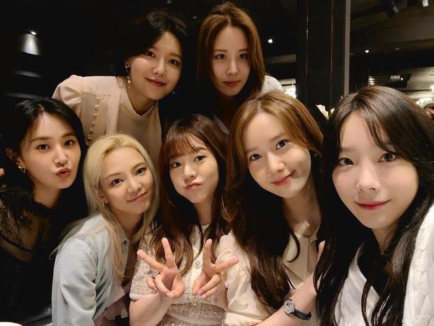 Taeyeon dẫn đầu dàn mỹ nhân SNSD dự đám cưới quản lí cũ: Thủ lĩnh thay đổi visual gây sốt, cả nhóm hát Kissing You cực ngọt - Ảnh 4.
