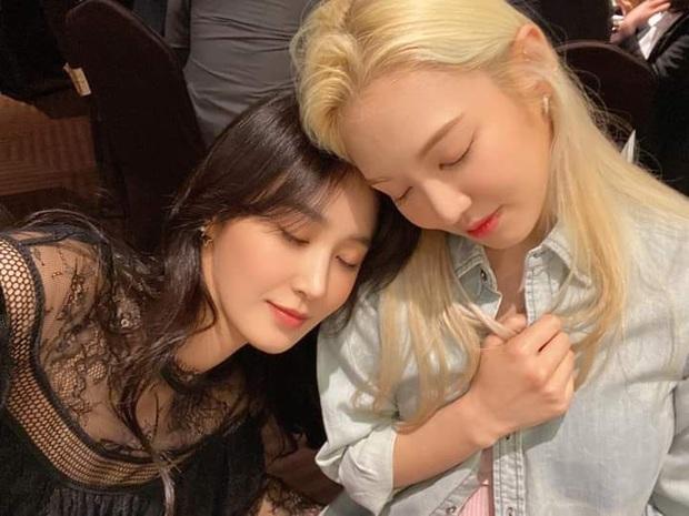 Taeyeon dẫn đầu dàn mỹ nhân SNSD dự đám cưới quản lí cũ: Thủ lĩnh thay đổi visual gây sốt, cả nhóm hát Kissing You cực ngọt - Ảnh 6.