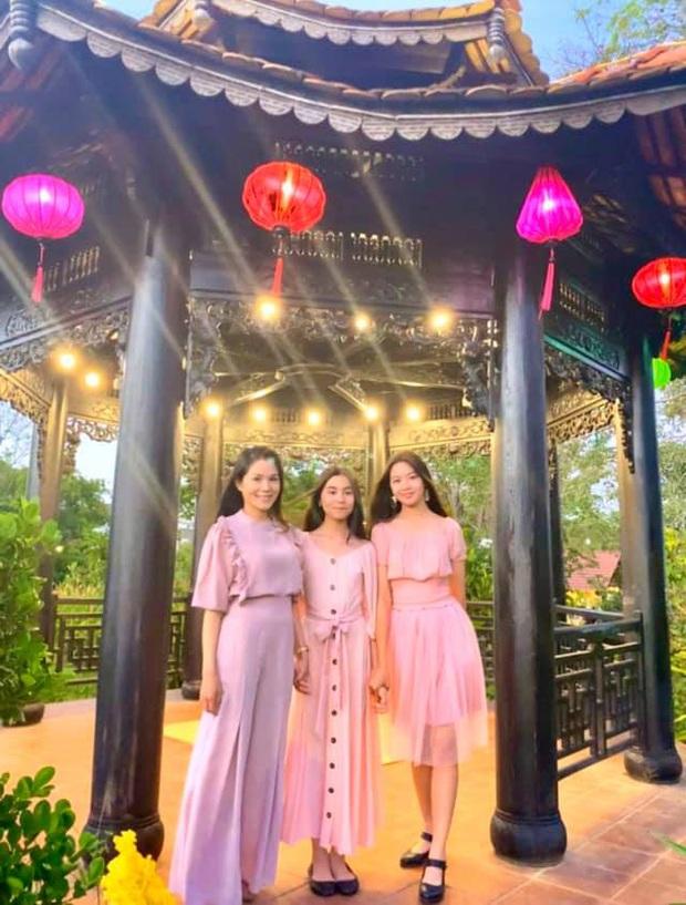 Vợ con MC Quyền Linh mặc đồng phục, Lọ Lem gây xôn xao khi ngày càng giống tượng đài nhan sắc  Trương Bá Chi lúc trẻ - Ảnh 2.