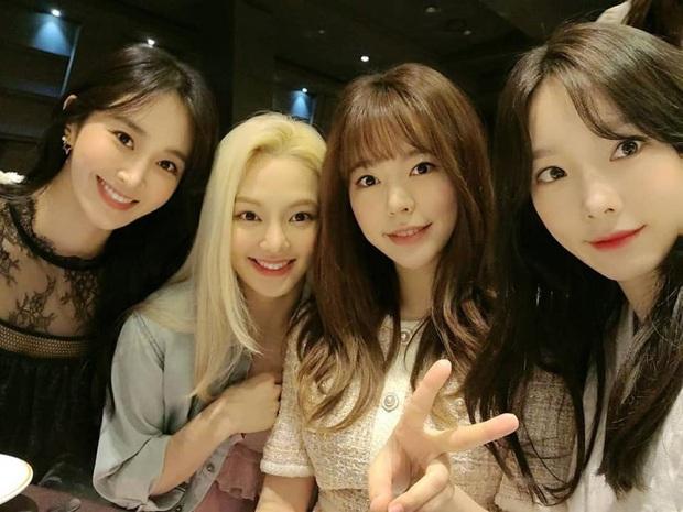 Taeyeon dẫn đầu dàn mỹ nhân SNSD dự đám cưới quản lí cũ: Thủ lĩnh thay đổi visual gây sốt, cả nhóm hát Kissing You cực ngọt - Ảnh 5.