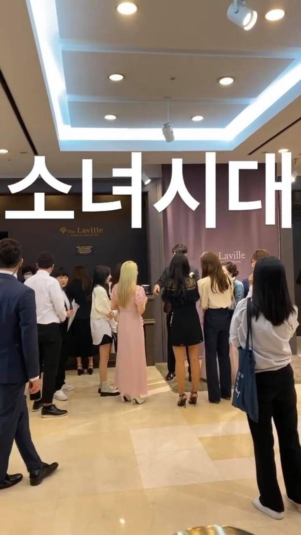 Taeyeon dẫn đầu dàn mỹ nhân SNSD dự đám cưới quản lí cũ: Thủ lĩnh thay đổi visual gây sốt, cả nhóm hát Kissing You cực ngọt - Ảnh 7.