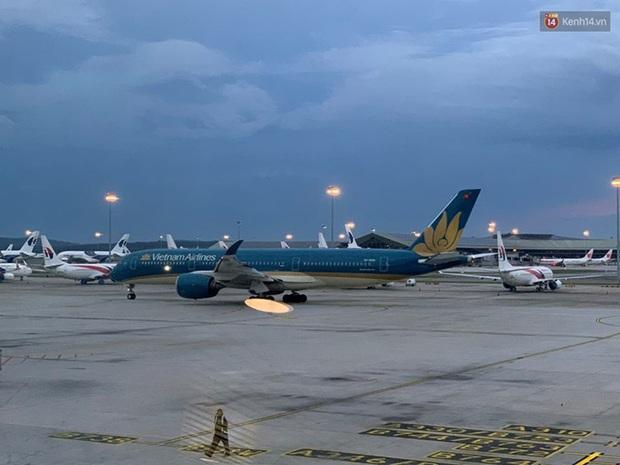 Hơn 270 công dân Việt Nam từ Malaysia về nước trên chuyến bay của Vietnam Airlines - Ảnh 1.