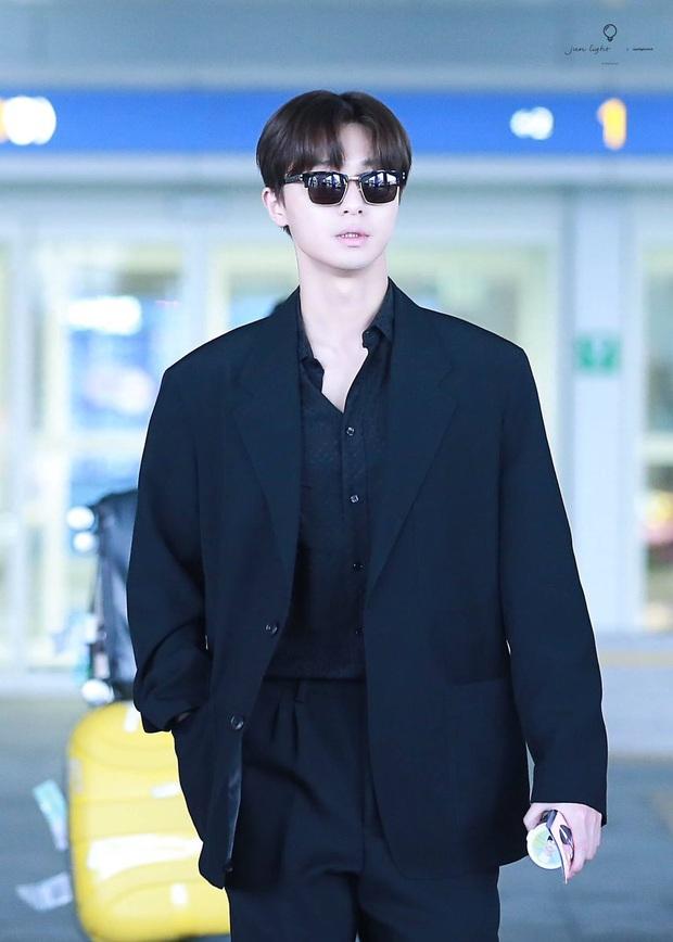 Ông chủ Danbam Park Seo Joon đúng là nam thần sân bay: Lúc như CEO đã giàu còn soái, khi đi dép xỏ ngón cũng ngầu như catwalk - Ảnh 13.