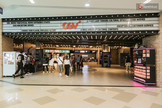 Rạp chiếu phim Việt cuối tuần trở lại nhịp đón khách chưa đều: Nơi ra vào tấp nập, chỗ đông dần vào cuối ngày - Ảnh 1.