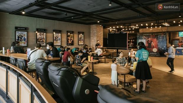 Rạp chiếu phim Việt cuối tuần trở lại nhịp đón khách chưa đều: Nơi ra vào tấp nập, chỗ đông dần vào cuối ngày - Ảnh 5.