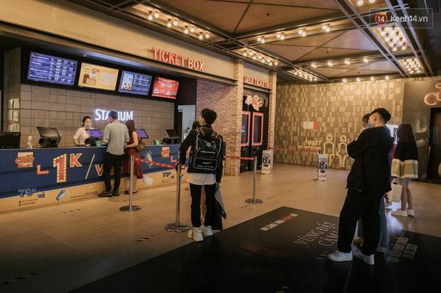 Rạp chiếu phim Việt cuối tuần trở lại nhịp đón khách chưa đều: Nơi ra vào tấp nập, chỗ đông dần vào cuối ngày - Ảnh 4.