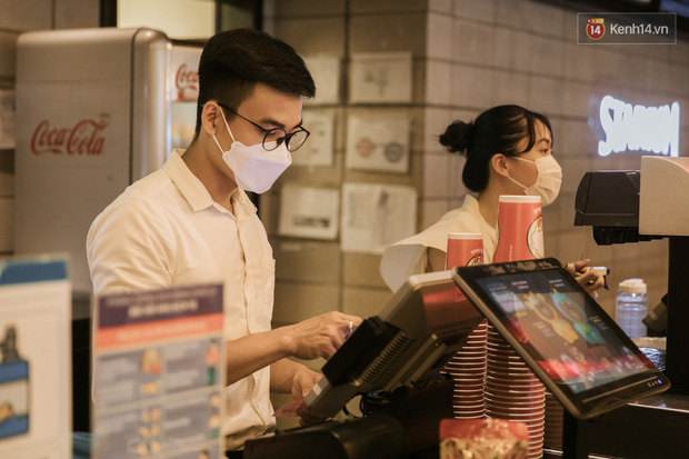 Rạp chiếu phim Việt cuối tuần trở lại nhịp đón khách chưa đều: Nơi ra vào tấp nập, chỗ đông dần vào cuối ngày - Ảnh 2.