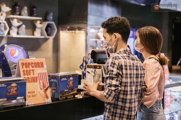Rạp chiếu phim Việt cuối tuần trở lại nhịp đón khách chưa đều: Nơi ra vào tấp nập, chỗ đông dần vào cuối ngày - Ảnh 23.