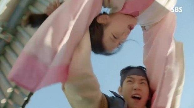 IU và Baekhyun (EXO) chiến nhau từ trong phim ra đến BXH: người nói EXO không có cửa với nữ hoàng nhạc số, người bảo kết hợp với nhau thì vui! - Ảnh 9.