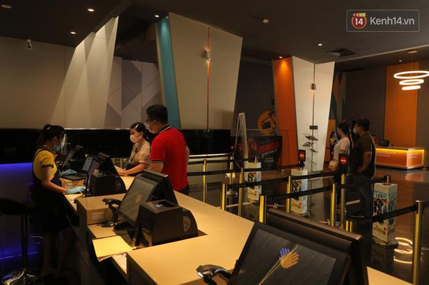 Rạp chiếu phim Việt cuối tuần trở lại nhịp đón khách chưa đều: Nơi ra vào tấp nập, chỗ đông dần vào cuối ngày - Ảnh 13.