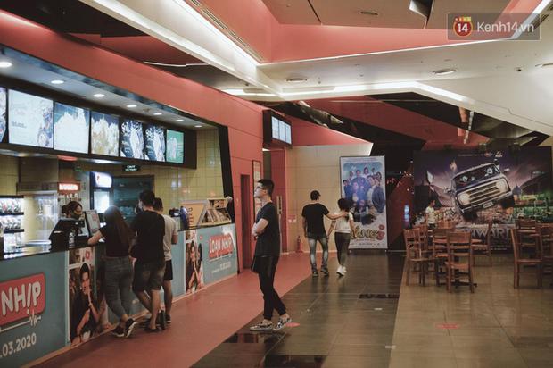 Rạp chiếu phim Việt cuối tuần trở lại nhịp đón khách chưa đều: Nơi ra vào tấp nập, chỗ đông dần vào cuối ngày - Ảnh 27.
