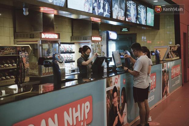Rạp chiếu phim Việt cuối tuần trở lại nhịp đón khách chưa đều: Nơi ra vào tấp nập, chỗ đông dần vào cuối ngày - Ảnh 28.