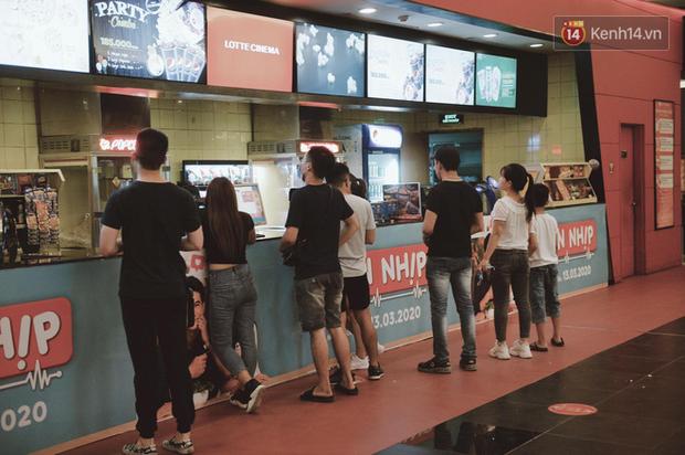 Rạp chiếu phim Việt cuối tuần trở lại nhịp đón khách chưa đều: Nơi ra vào tấp nập, chỗ đông dần vào cuối ngày - Ảnh 29.