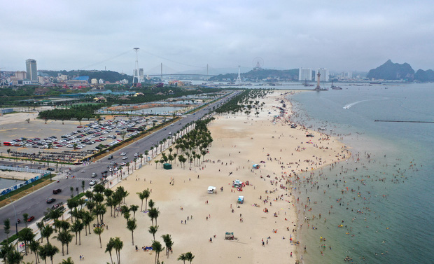 Biển Bãi Cháy đông trở lại, Quảng Ninh bắt đầu kích cầu đón khách du lịch sau Covid-19 - Ảnh 1.