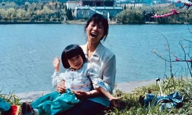 Bị giáo viên mắng óc heo vì học kém, bé gái được mẹ an ủi bằng câu chuyện củi đốt và cái kết bất ngờ sau 20 năm - Ảnh 3.