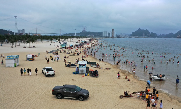 Biển Bãi Cháy đông trở lại, Quảng Ninh bắt đầu kích cầu đón khách du lịch sau Covid-19 - Ảnh 3.