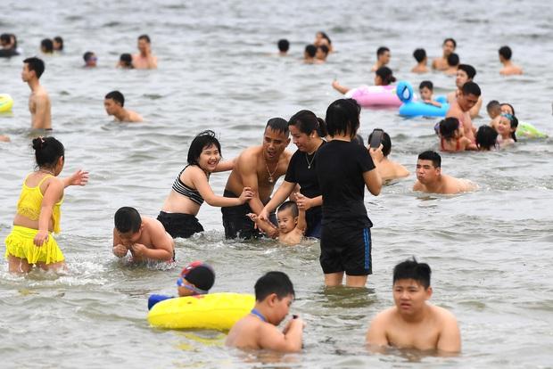 Biển Bãi Cháy đông trở lại, Quảng Ninh bắt đầu kích cầu đón khách du lịch sau Covid-19 - Ảnh 4.