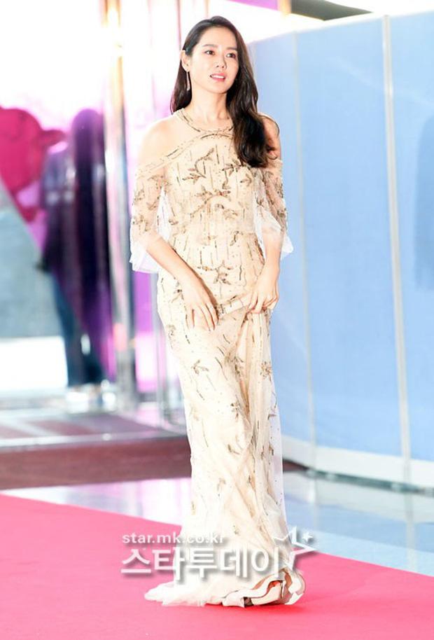 Viễn cảnh thảm đỏ Baeksang 2020 bùng nổ vì 5 mỹ nhân đề cử giải khủng: Combo Kim Hee Ae, IU, Son Ye Jin đúng là tuyệt phẩm - Ảnh 9.