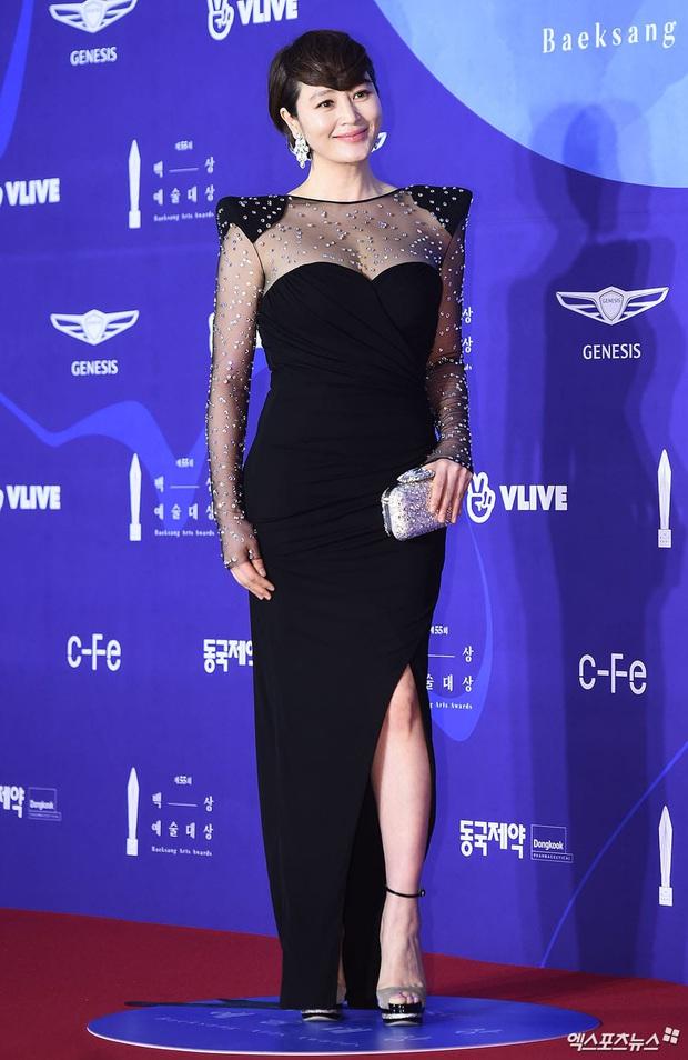 Viễn cảnh thảm đỏ Baeksang 2020 bùng nổ vì 5 mỹ nhân đề cử giải khủng: Combo Kim Hee Ae, IU, Son Ye Jin đúng là tuyệt phẩm - Ảnh 2.