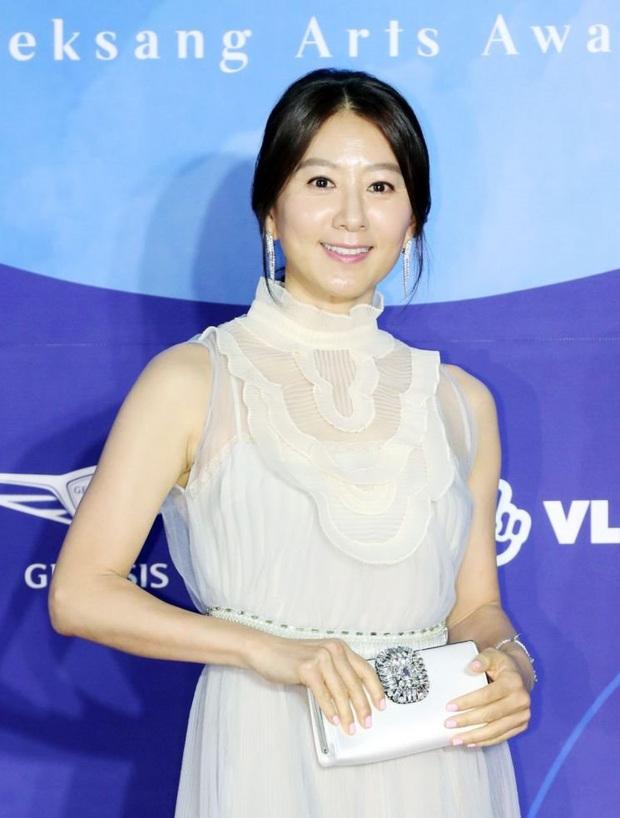 Viễn cảnh thảm đỏ Baeksang 2020 bùng nổ vì 5 mỹ nhân đề cử giải khủng: Combo Kim Hee Ae, IU, Son Ye Jin đúng là tuyệt phẩm - Ảnh 29.