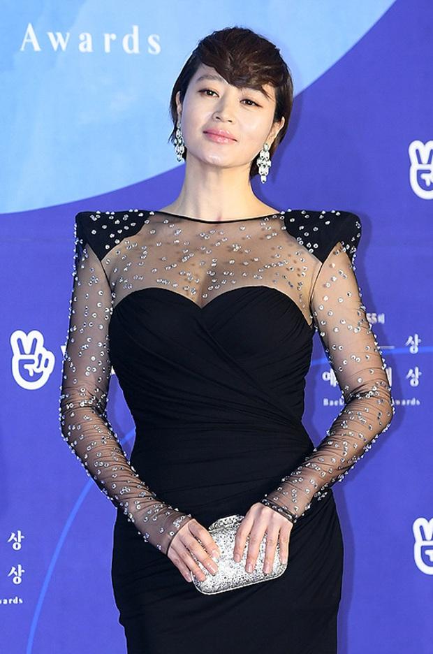 Viễn cảnh thảm đỏ Baeksang 2020 bùng nổ vì 5 mỹ nhân đề cử giải khủng: Combo Kim Hee Ae, IU, Son Ye Jin đúng là tuyệt phẩm - Ảnh 3.