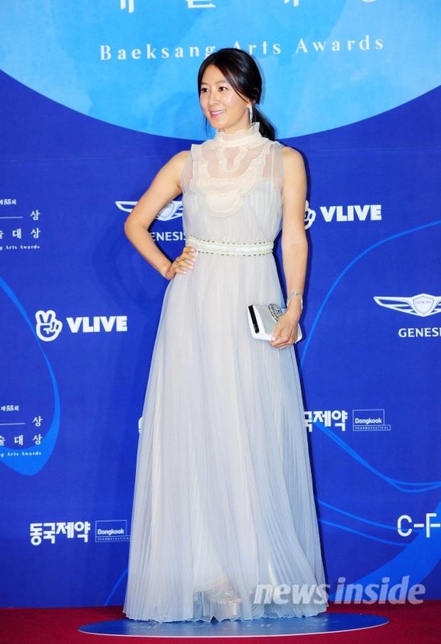 Viễn cảnh thảm đỏ Baeksang 2020 bùng nổ vì 5 mỹ nhân đề cử giải khủng: Combo Kim Hee Ae, IU, Son Ye Jin đúng là tuyệt phẩm - Ảnh 30.