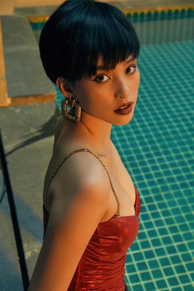 Diện lại đầm xẻ bạo liệt của Ngọc Trinh, Tiểu Vy vẫn sexy ngang ngửa, kiểu tóc lẫn makeup còn ấn tượng hơn đàn chị - Ảnh 3.