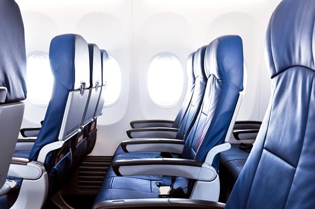 Người ngồi ghế giữa trên máy bay có nên sở hữu cùng lúc 2 tay vịn? Câu hỏi tuy đơn giản nhưng lại khiến dân mạng tranh cãi không hồi kết! - Ảnh 1.