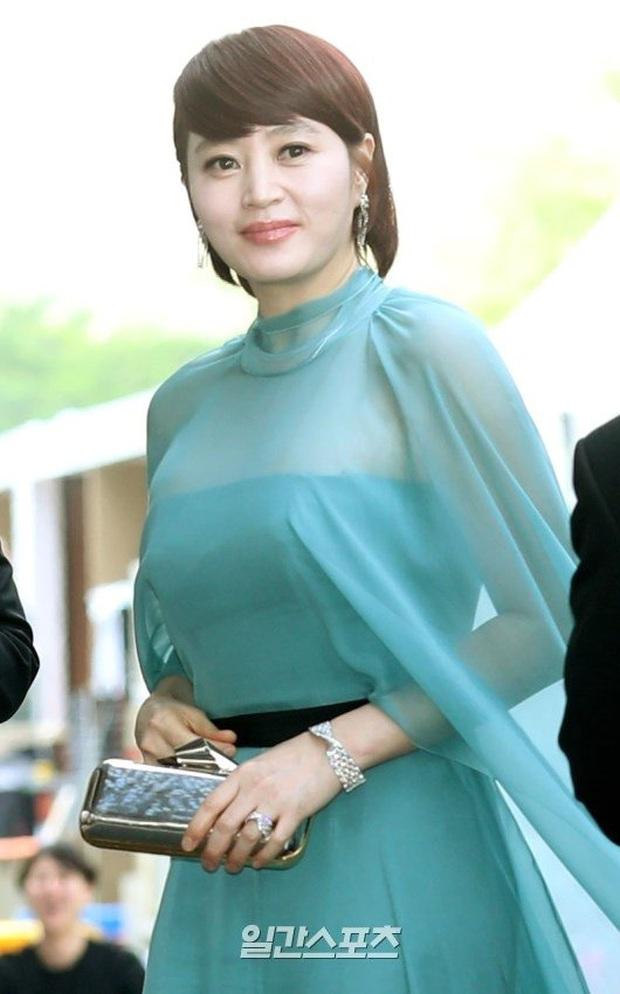 Viễn cảnh thảm đỏ Baeksang 2020 bùng nổ vì 5 mỹ nhân đề cử giải khủng: Combo Kim Hee Ae, IU, Son Ye Jin đúng là tuyệt phẩm - Ảnh 8.